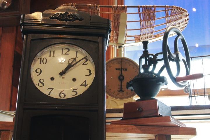 81アンティークなベビースケールコーヒーグラインダーレトロな柱時計