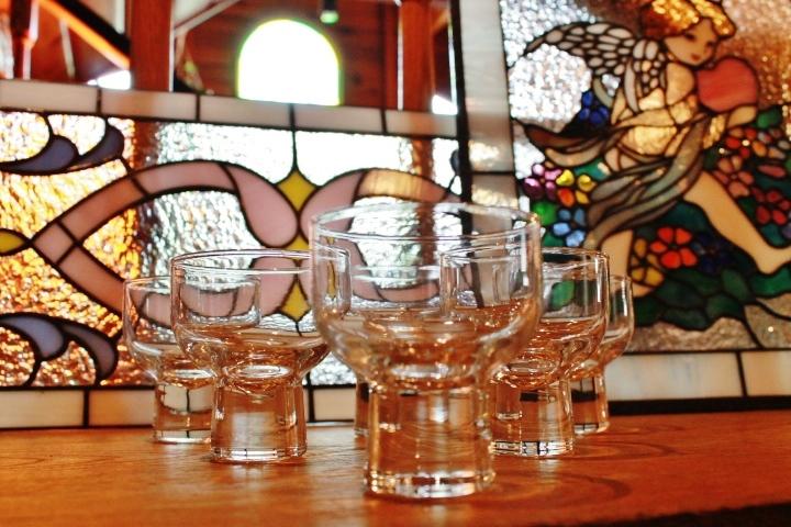 81柳宗理デザイン清酒グラスとステンドガラス