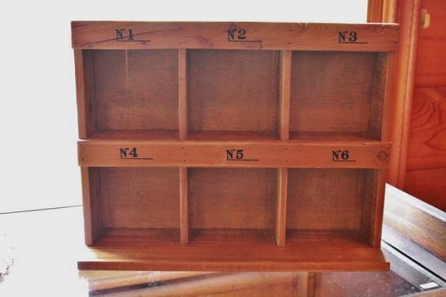 81ナンバー付き木製棚