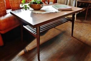 81木製テーブル