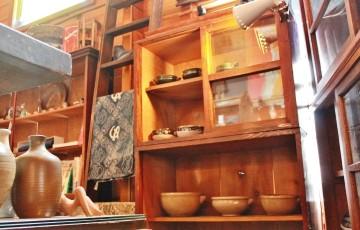 81和風の食器棚*セパレートの棚*茶箪笥*ファイヤーキングマグ*ケアベアのグラス*レトロなウォールデコ