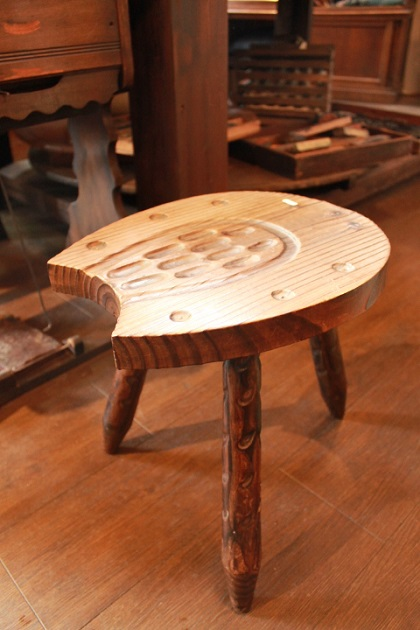 81木彫り椅子