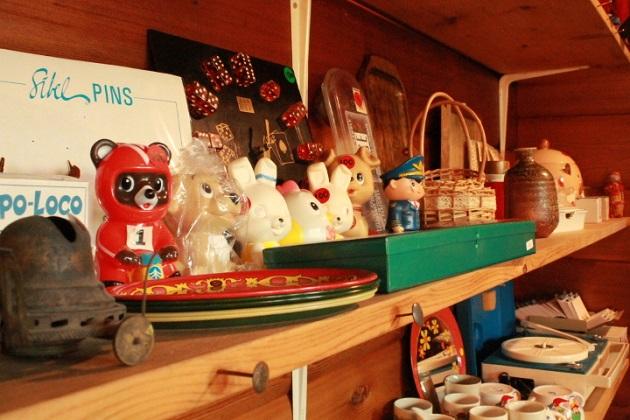 81 椅子のセール りんご箱祭り ガラクタ市 レトロな食器 薬箱 小引だし