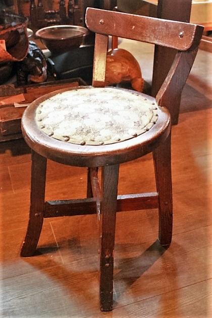 81 丸い椅子 背もたれ付き 昭和レトロ 古い椅子 木製の椅子 いす