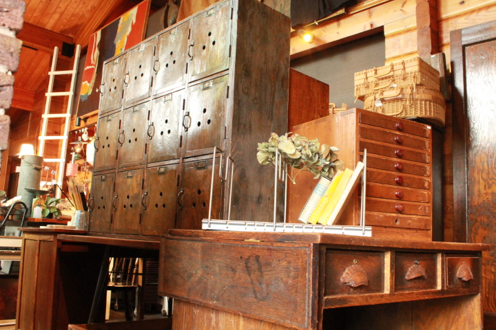 81 レトロな下駄箱 げた箱 古い下駄箱 机 茶箪笥 収納棚 波ガラス付き戸棚 和テーブル 丸テーブル 大正家具 キツツキダイニングチェア ドクターチェア