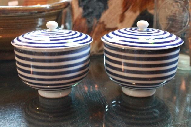 81 陶器食器 湯呑 蓋つき ボーダー柄 うずまき