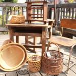 81 昭和レトロ 学校の机 椅子 竹の籠 古い籠 かご 片口のざる 和風な棚 小棚 キッチン 蔵行灯