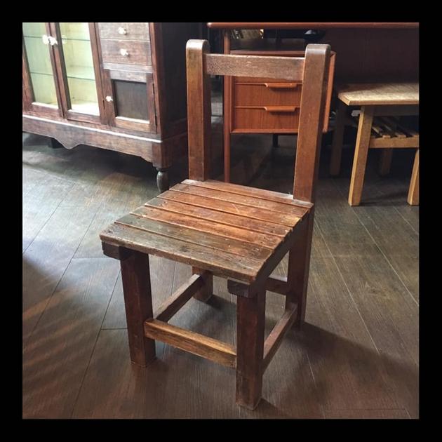 81古い学校の椅子