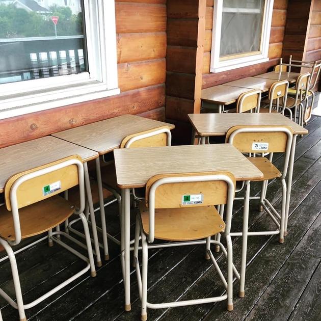 818/7学校の机と椅子・大きな書類棚