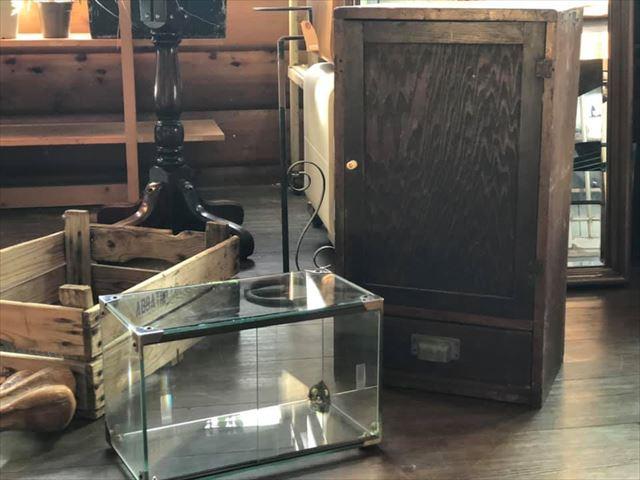 8111/11小ぶりなガラスケース・小ぶりな棚