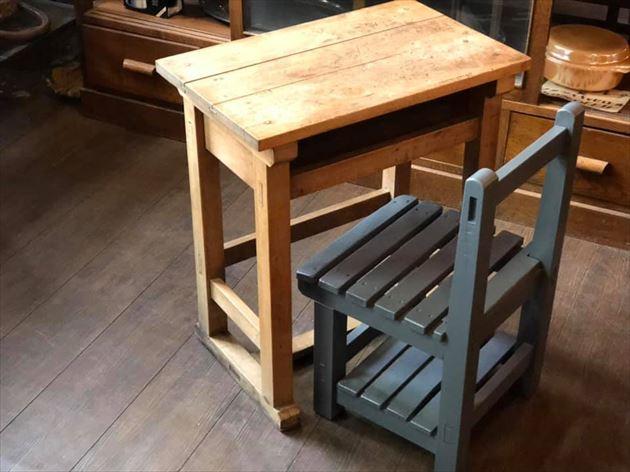 3/18小さな学校机と小さな椅子・ドライフラワー